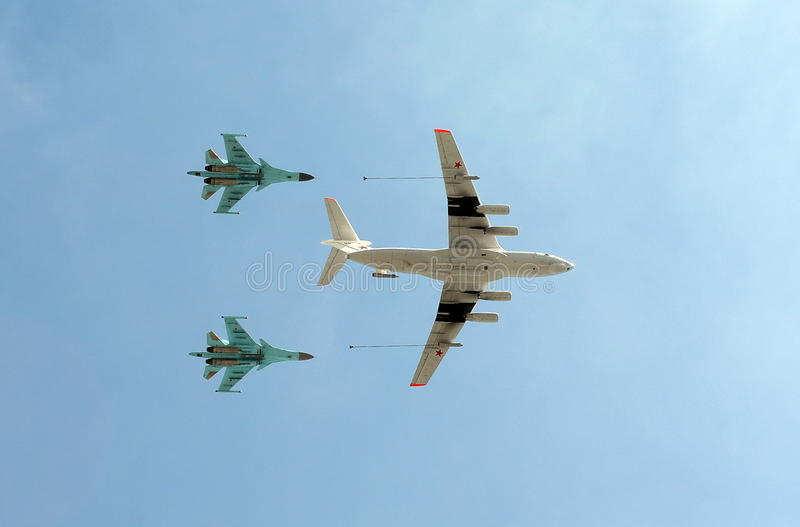 O petroleiro Ilyushin Il-78 dos aviões e lutador-bombardeiros de múltiplos propósitos Sukhoi Su-34 do russo (defesa) i fotos de stock royalty free