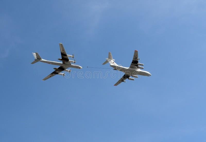 O petroleiro Ilyushin Il-78 dos aviões e a plataforma estratégica Tu-95 do bombardeiro e do míssil carregam foto de stock royalty free