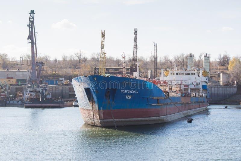 O petroleiro Volgoneft 128 do navio está sendo reparado na doca de foto de stock