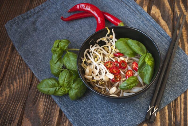 O pho vietnamiano da sopa do estilo do vegetariano com decora imagem de stock royalty free