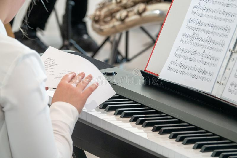 O pianista novo estuda a programa??o antes de um desempenho foto de stock