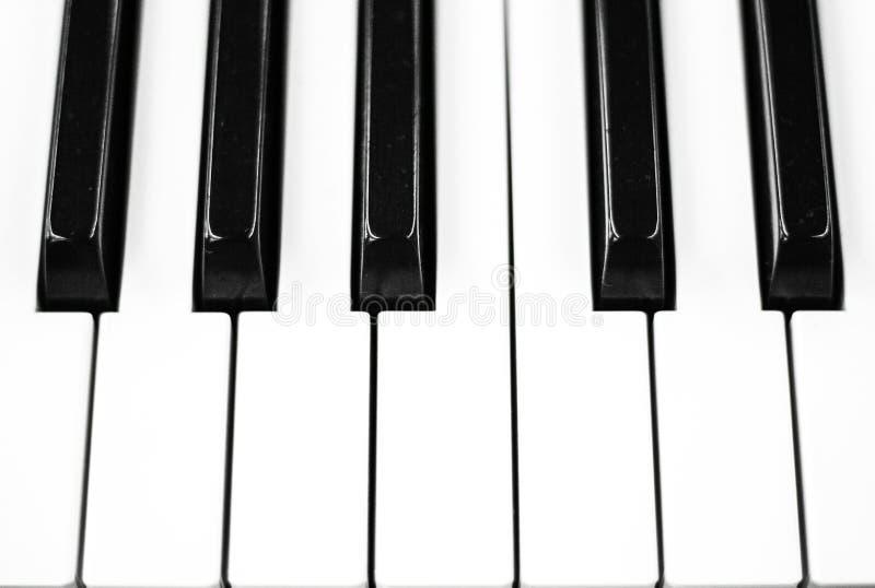 O piano fecha a foto do close up Teclado preto e branco do instrumento musical imagens de stock royalty free