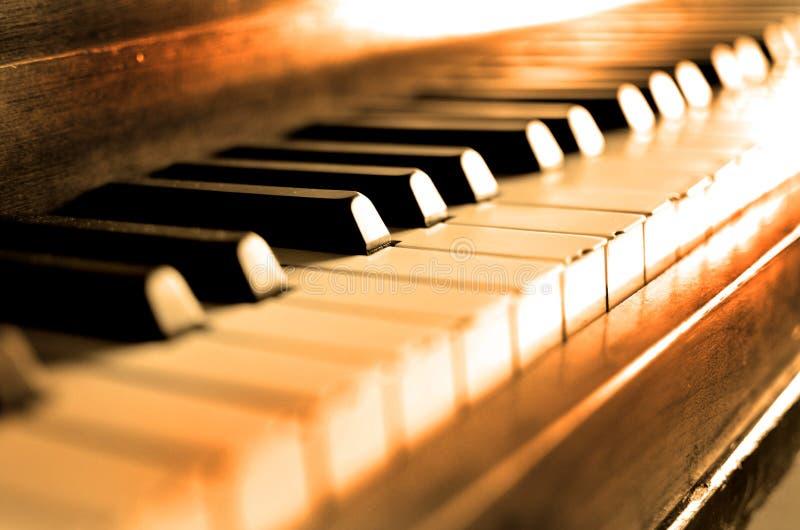 O piano velho do vintage fecha Ebony Ivory Black White fotos de stock