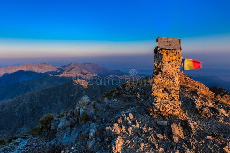 O pico de Negoiu. Montanhas de Fagaras, Romania foto de stock