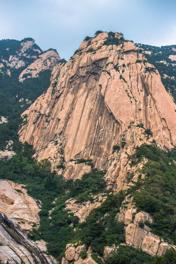 O pico de Tianzhu de Mount Tai, somente pode ser considerado de uma rota especial para que poucos caminhantes explorem 2 imagem de stock