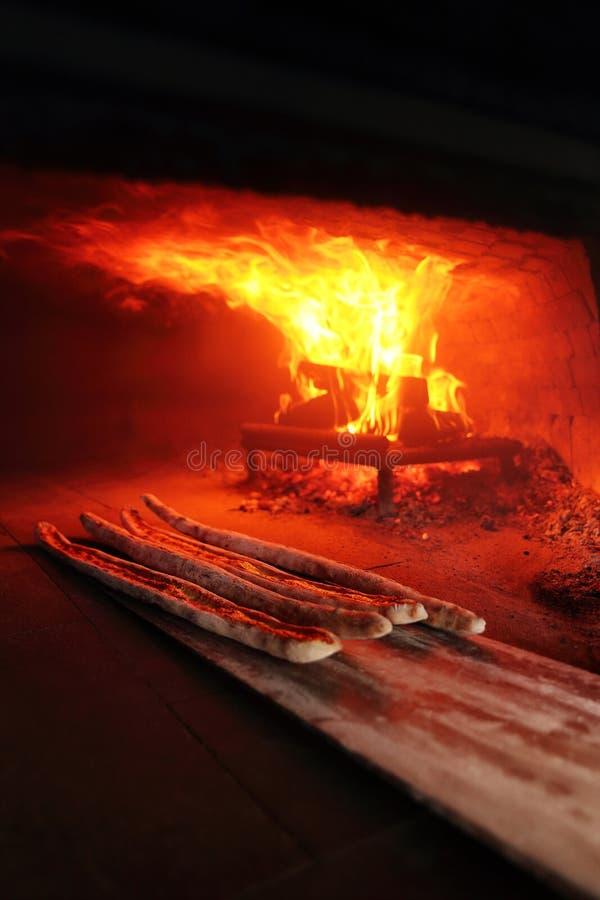 O pide turco do bafra do karadeniz é cozinhado em um forno madeira-ateado fogo Pide de Kapali Pidesi de Bafra imagem de stock royalty free
