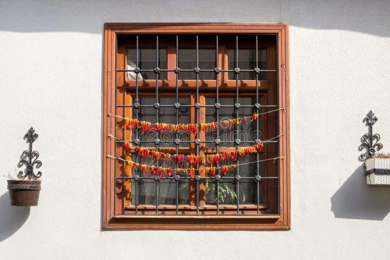 O pimentão seca fora de uma janela foto de stock royalty free
