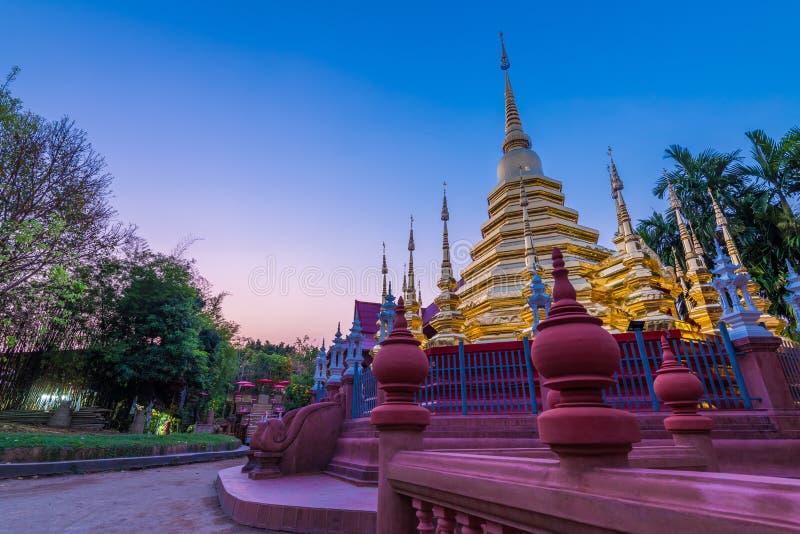 O pináculo ou o pagode dourado de Wat Phan Tao imagem de stock