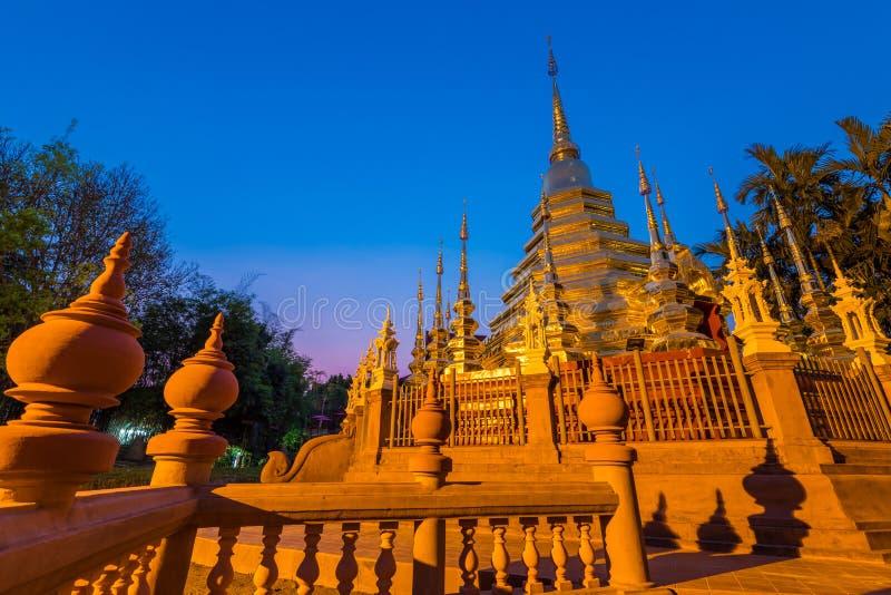 O pináculo ou o pagode dourado de Wat Phan Tao foto de stock