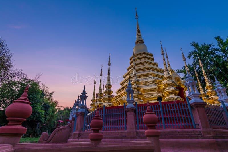O pináculo ou o pagode dourado de Wat Phan Tao fotos de stock royalty free