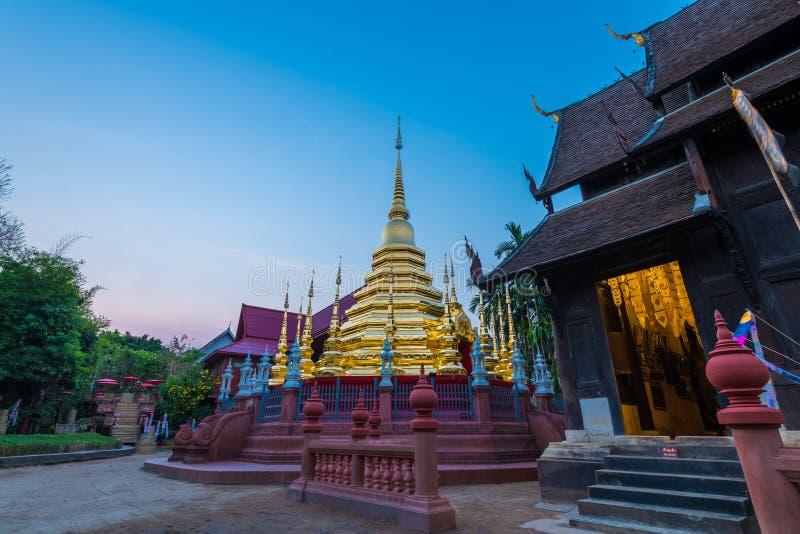 O pináculo ou o pagode dourado de Wat Phan Tao fotografia de stock royalty free