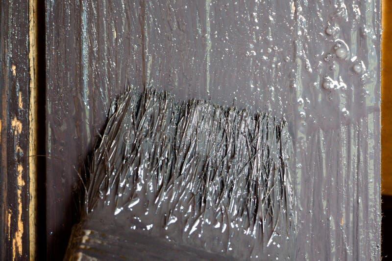 O pincel é tingido com uma pintura cinzenta fotos de stock royalty free