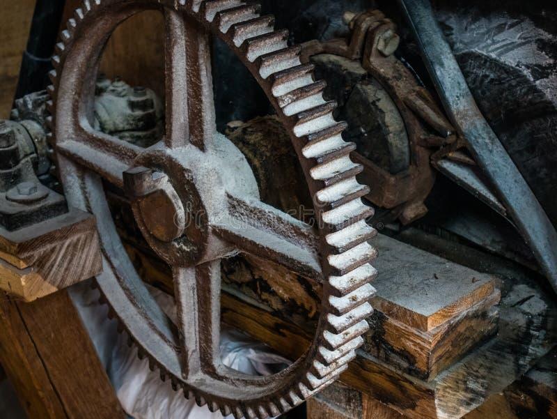 O pinhão de um dispositivo mecânico velho foto de stock