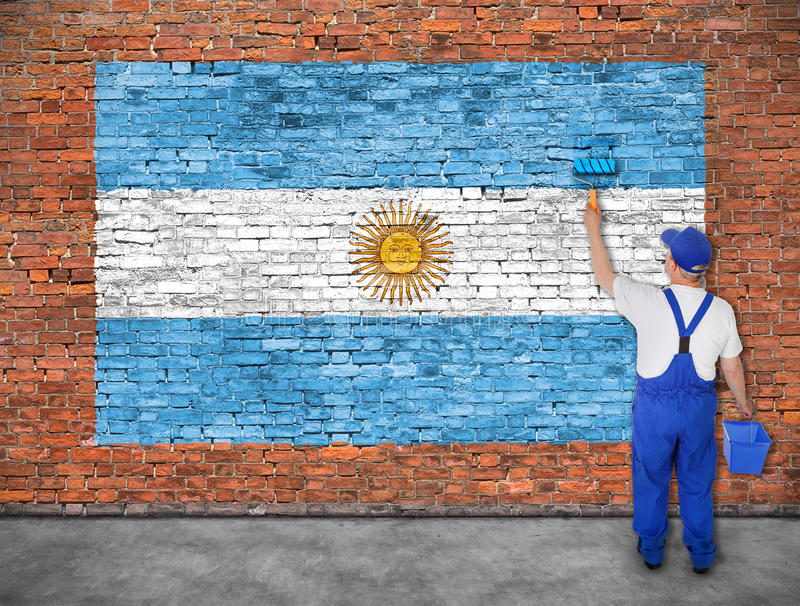 O pintor de casa pinta a bandeira de Argentina imagem de stock