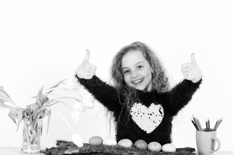 O pintor feliz da menina com lápis, tulipa floresce, ovos da páscoa coloridos fotografia de stock royalty free
