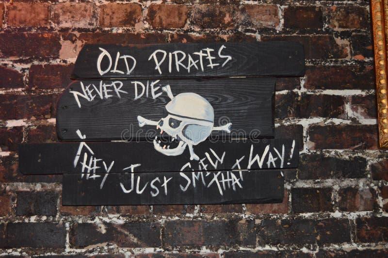 O pirata assina dentro uma barra fotos de stock royalty free