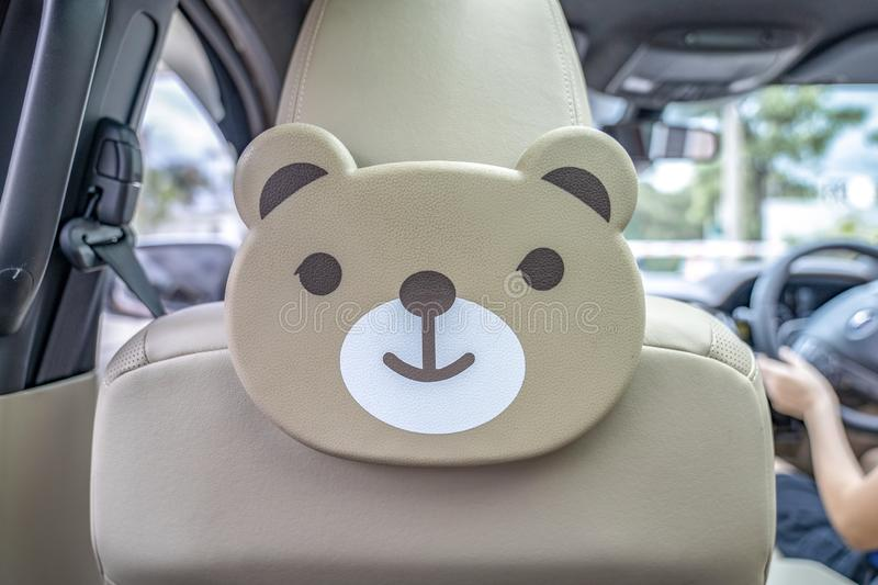 O plástico do urso de Brown decora no banco traseiro dentro do carro fotografia de stock