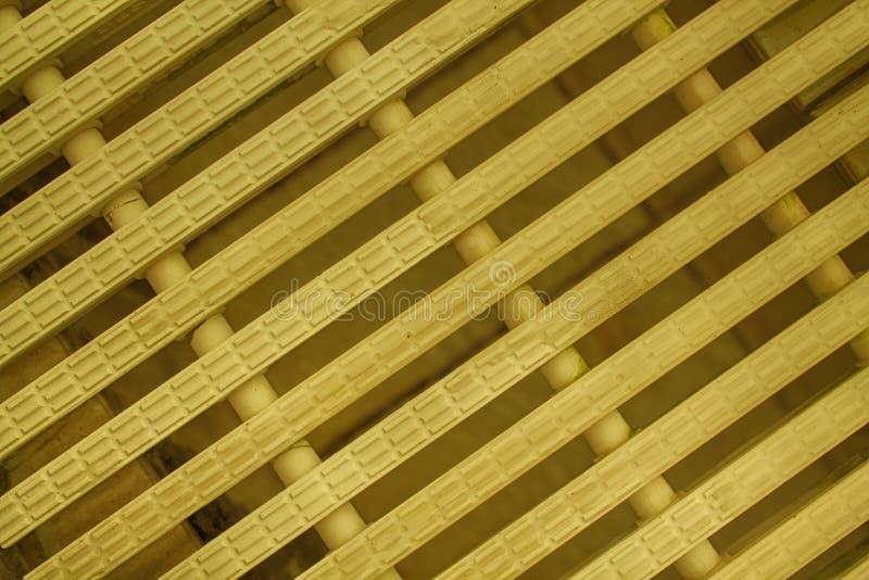 O plástico moderno da cor branca abstrata alaranjada do fundo da malha precipitou linhas fotos de stock