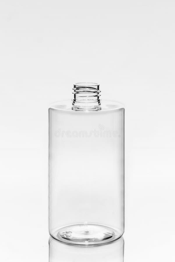 O plástico vazio, vidro range o cosmético, loção que empacota em um fundo branco imagens de stock