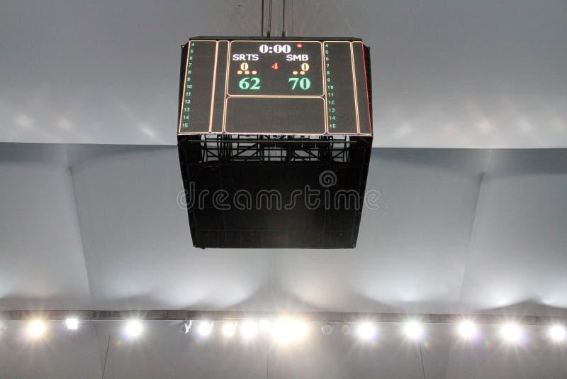 O placar da arena mostra a contagem final da liga de basquetebol do ASEAN  foto de stock
