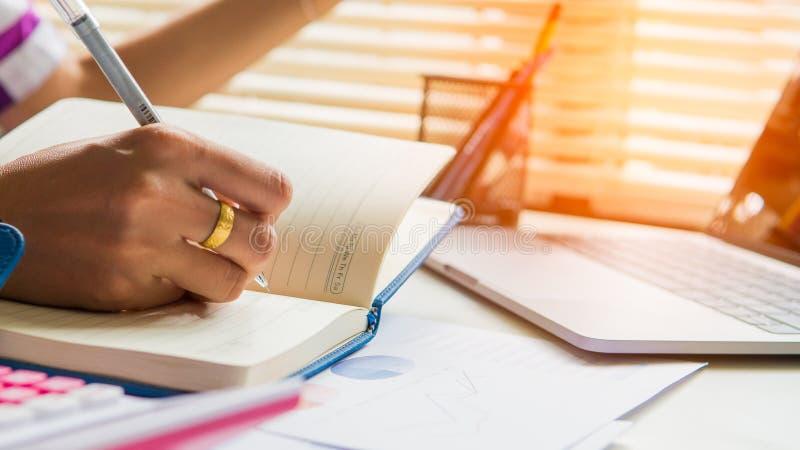 O planeamento de trabalho da lista de verificação do homem de negócios investiga fotos de stock