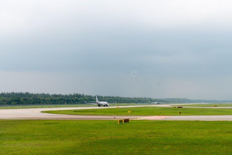 O plano acelera na pista de decolagem do aeroporto imagens de stock royalty free