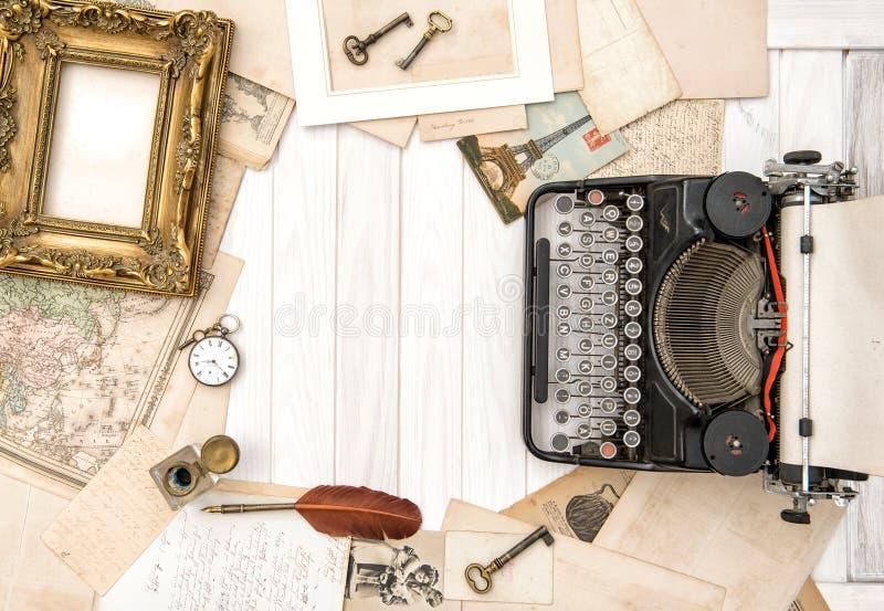 O plano antigo dos acessórios do escritório do vintage da máquina de escrever coloca o lif imóvel fotografia de stock royalty free