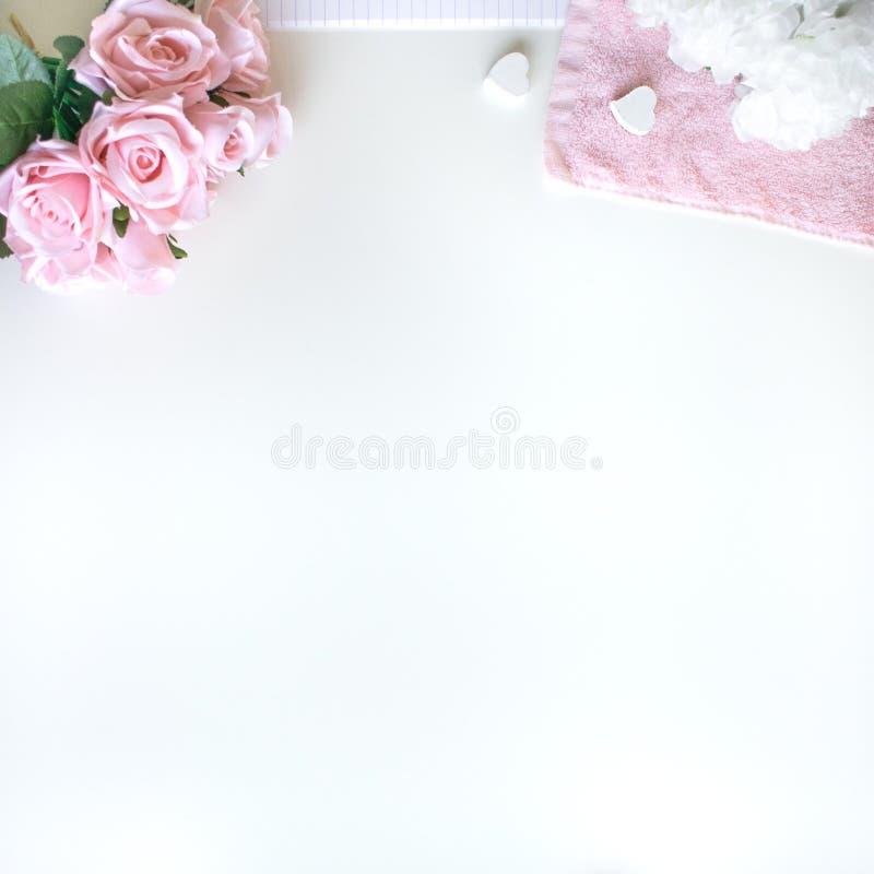 o plano coloca com acess?rios diferentes; ramalhete da flor, rosas cor-de-rosa, livro aberto, a B?blia imagens de stock