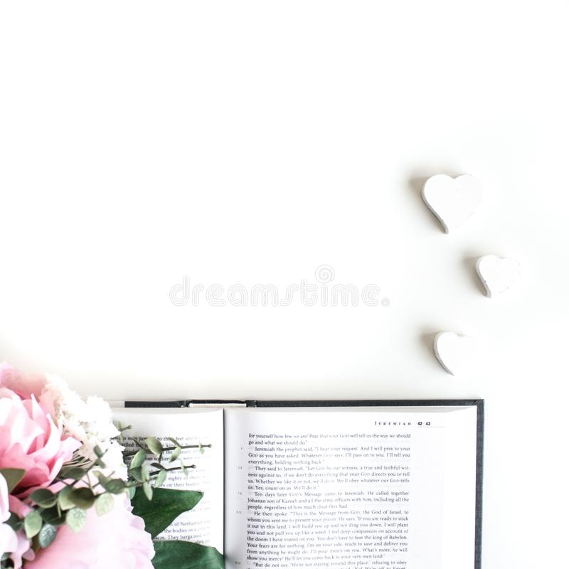 o plano coloca com acess?rios diferentes; ramalhete da flor, rosas cor-de-rosa, livro aberto, a B?blia fotografia de stock