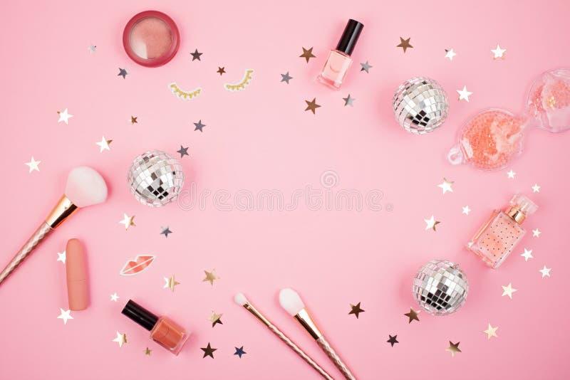 O plano coloca com os acess?rios das meninas do encanto sobre o fundo cor-de-rosa fotografia de stock royalty free