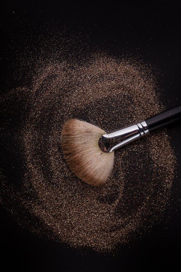 O plano cora escova com cora nele, pó fraco e o brilho cora, no fundo preto imagens de stock