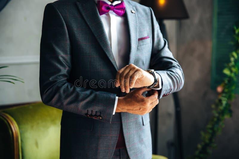 O plano da degradação é um quadro colhido de um homem de negócios à moda casa-se hoje, posto sobre um terno elegante, veste um br fotos de stock royalty free