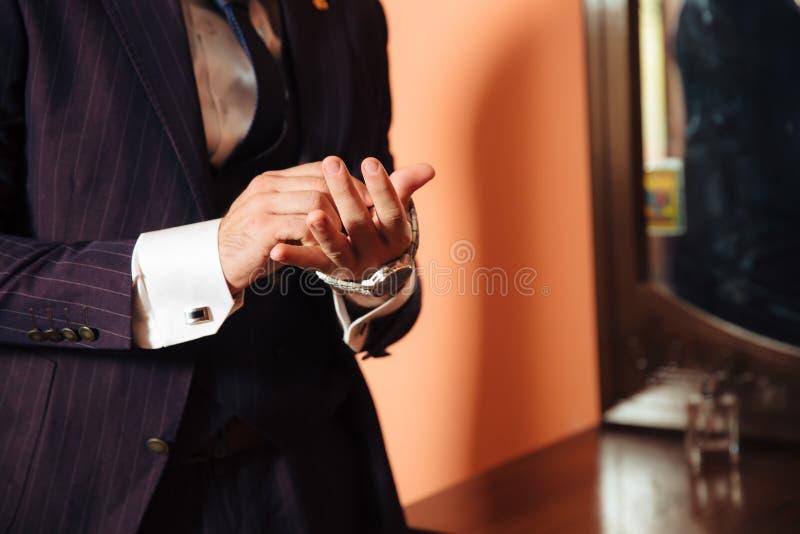 O plano da degradação é um quadro colhido de um homem de negócios à moda casa-se hoje, posto sobre um terno elegante, veste um br imagem de stock royalty free