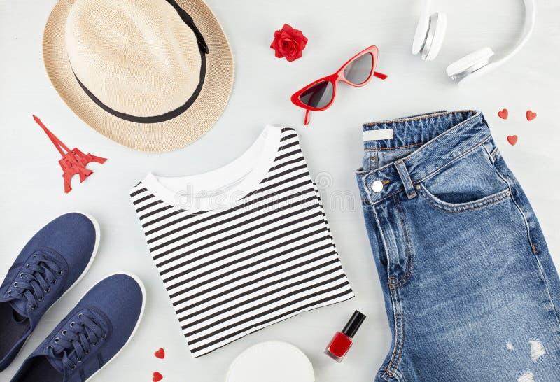 O plano da forma coloca com o equipamento urbano das meninas francesas do estilo com t-shirt, sapatas da bailarina, óculos de sol fotografia de stock
