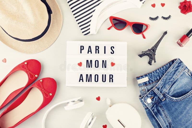 O plano da forma coloca com o equipamento urbano das meninas francesas do estilo com t-shirt, sapatas da bailarina, óculos de sol imagens de stock royalty free