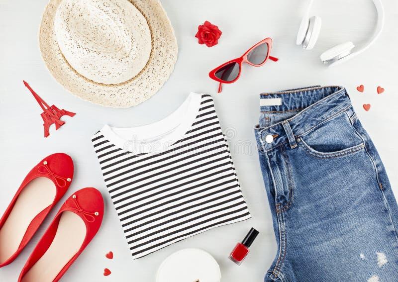 O plano da forma coloca com o equipamento urbano das meninas francesas do estilo com t-shirt, sapatas da bailarina, óculos de sol imagens de stock