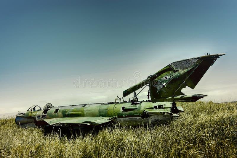 o plano da guerra deixou de funcionar na costa do mar diversos anos há e mentiras em dunas imagens de stock