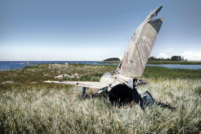o plano da guerra deixou de funcionar na costa do mar diversos anos há e mentiras em dunas fotos de stock