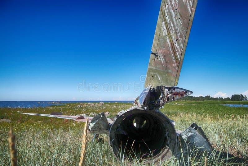 o plano da guerra deixou de funcionar na costa do mar diversos anos há e mentiras em dunas fotografia de stock