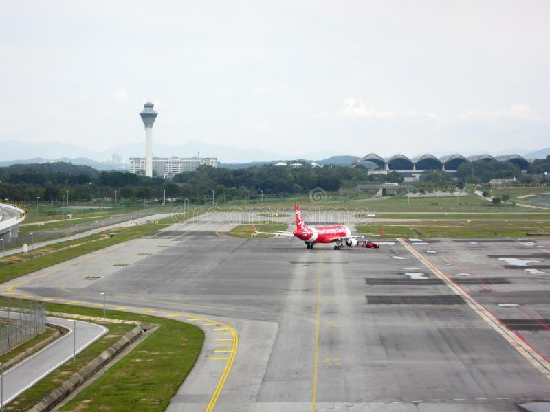 O plano de Airbus possui por Air Asia rebocou e apronta-se para decolar imagem de stock royalty free