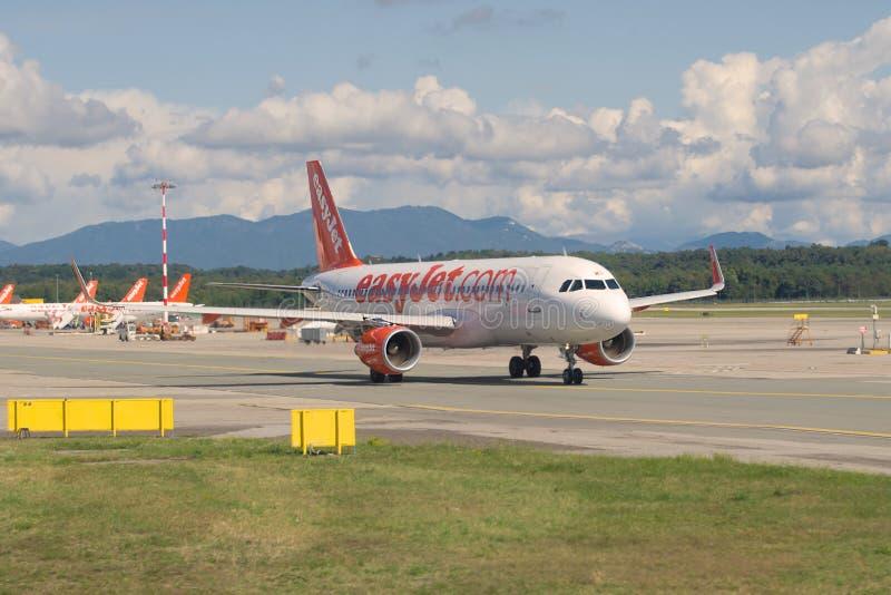 O plano de Boeing 737-800 de EasyJet Linha aérea Empresa limitou a linha aérea sobre no taxiway do aeroporto de Malpensa fotos de stock royalty free