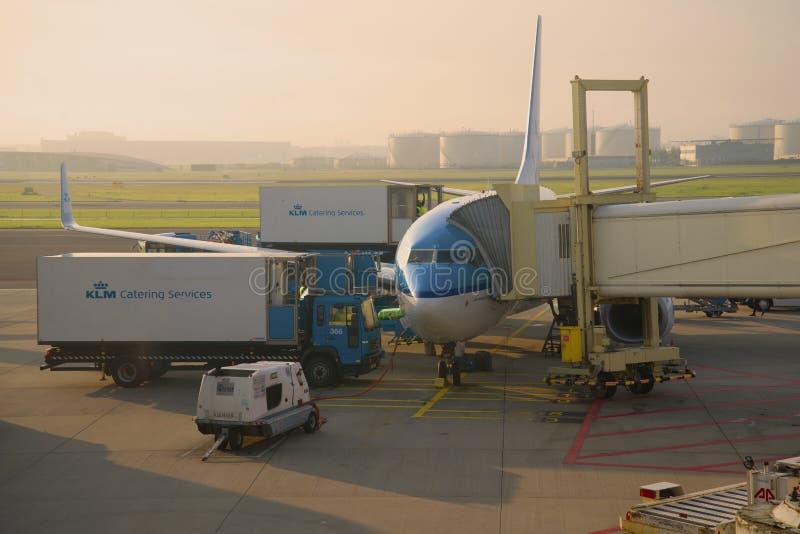 O plano de Boeing 737 de linhas aéreas da linha aérea de KLM Royal Dutch prepara-se para uma partida fotografia de stock royalty free