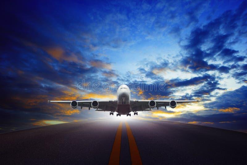 O plano de jato decola do uso urbano das pistas de decolagem do aeroporto para o transp do ar fotografia de stock royalty free