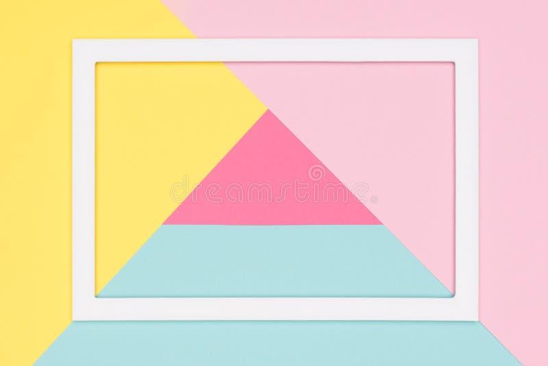 O plano de papel azul, cor-de-rosa e amarelo pastel geométrico abstrato coloca o fundo Minimalismo, geometria e molde da simetria fotos de stock