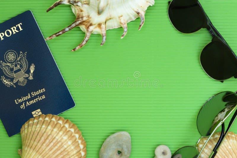 O plano do curso coloca passaportes do Estados Unidos com óculos de sol e mares fotografia de stock