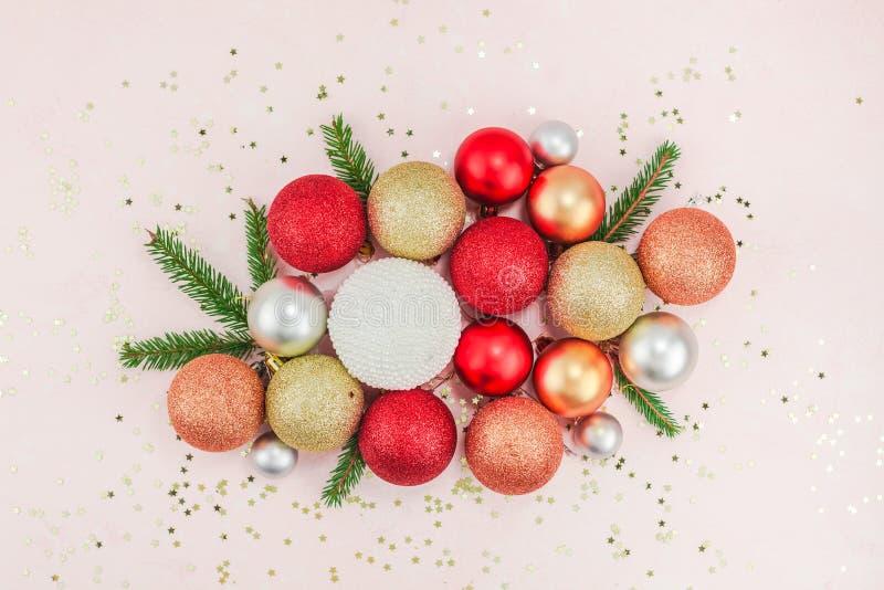 O plano do teste padrão do ano novo ou do Natal coloca dos confetes decorativos dos sparkles das bolas do brinquedo da pérola da  imagem de stock royalty free