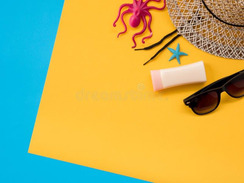 O plano do verão coloca a foto com fundo azul e amarelo foto de stock