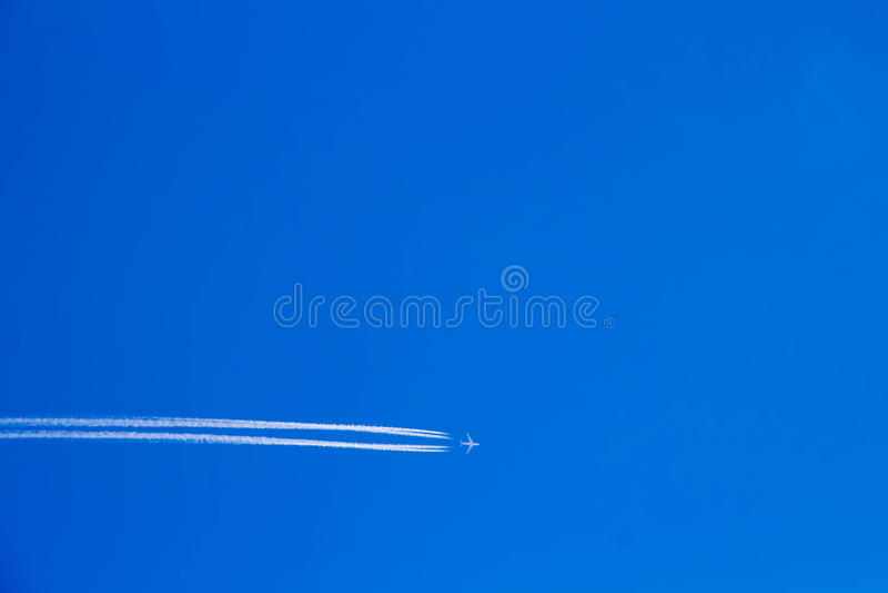 O plano estava no céu azul (1) fotos de stock royalty free