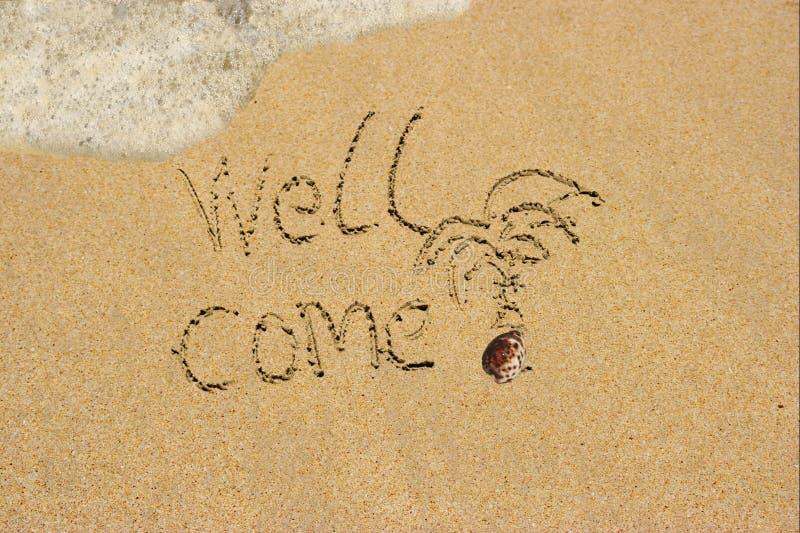 O poço vem na praia da areia. fotografia de stock