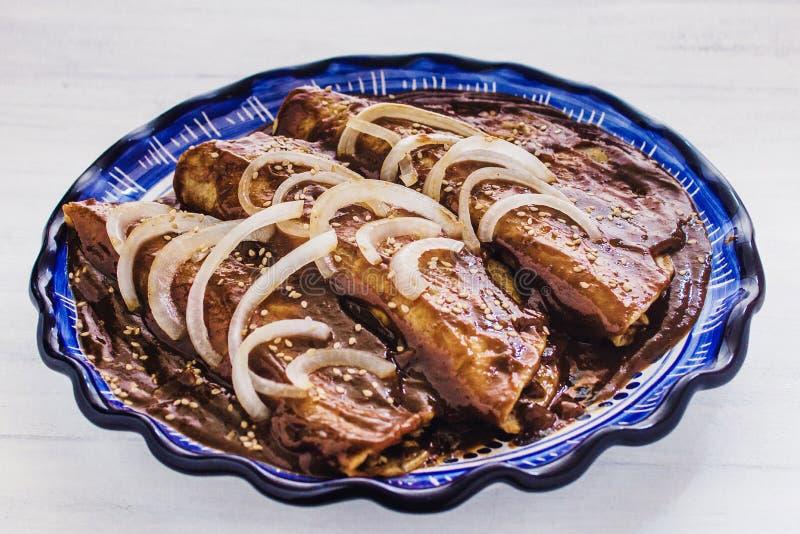 O Poblano da toupeira dos Enchiladas com galinha é alimento mexicano em Puebla México imagens de stock